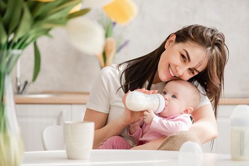 Кормление грудным молоком из бутылочки